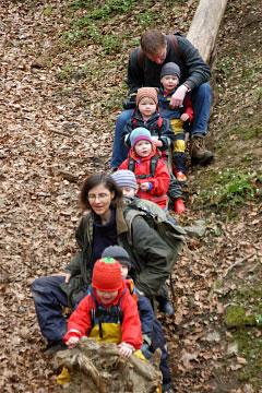 Kinder auf der Baumschlange